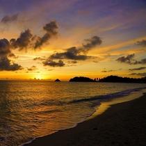 黄金に輝く太陽が、空と海をゆっくりとオレンジ色に染めていくサンセット
