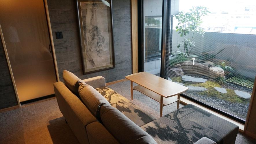 501号室 庭玉アルマーニ製ソファと日本庭園