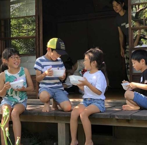 縁側で遊ぶ子供たち