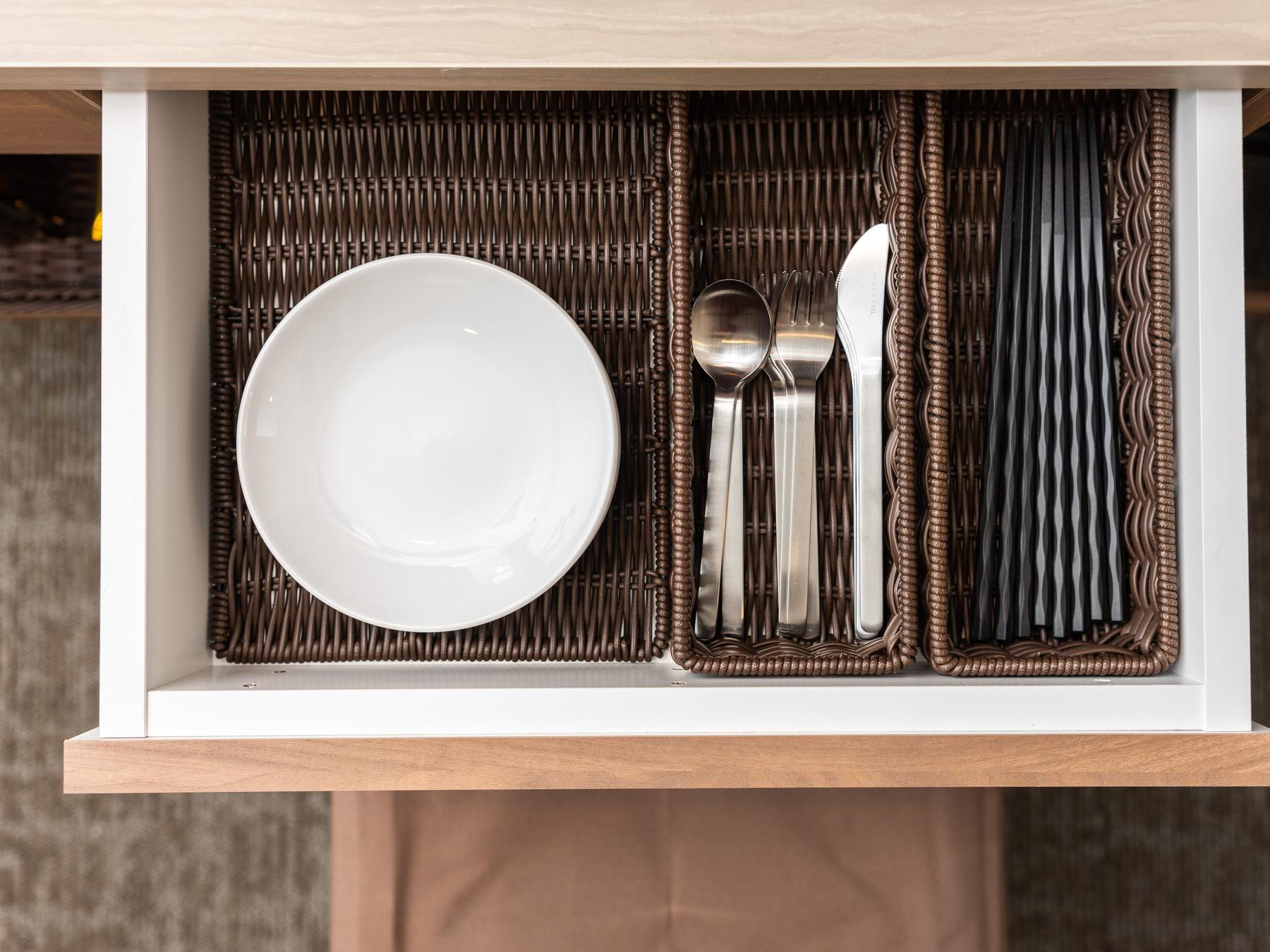 お部屋でのお食事にも対応、各種カトラリーもご準備