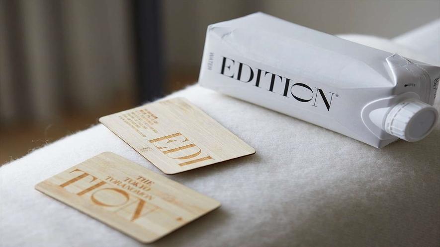 サステナビリティに配慮した、竹製のキーカードと紙製パックのオリジナルミネラルウォーター
