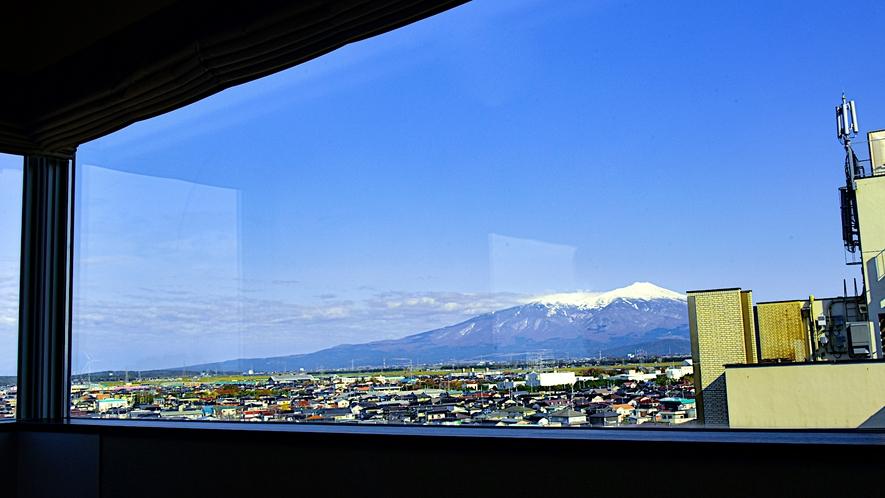 スーペリアツインルームより鳥海山を望む