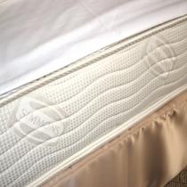 デザイナーズルームのベッドは世界的ベッドメーカーの「シモンズ」を採用