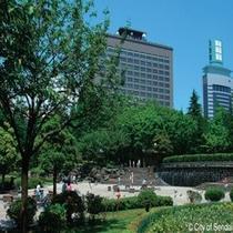 ◇宮城県庁。緑に囲まれた癒しの空間にあります。徒歩10分程度です。