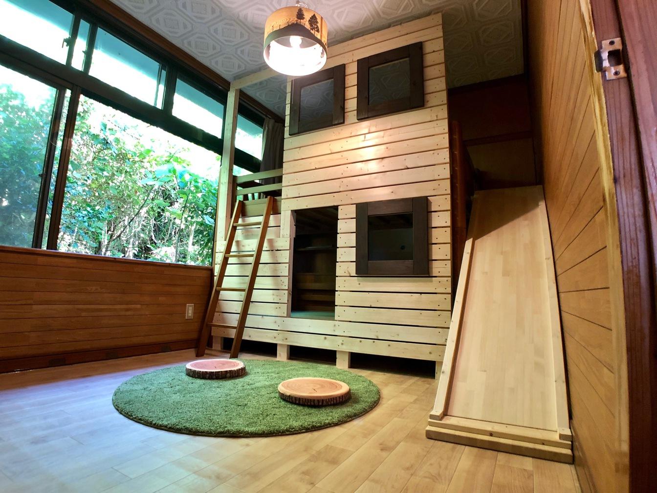 ログハウス付き滑り台がある子供部屋