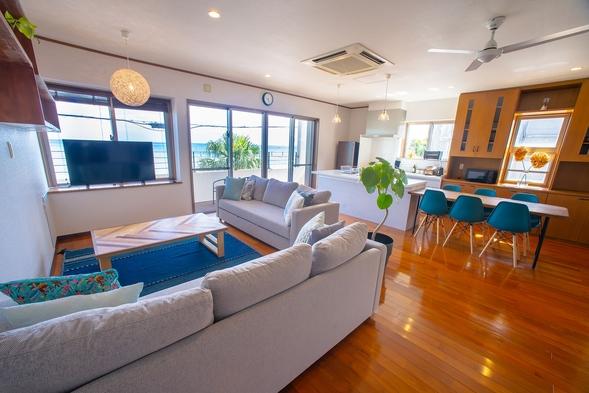 【沖縄県割引】アイランドキッチン付のリビングから海を一望!暮らすように泊まる1組限定貸切ハウス