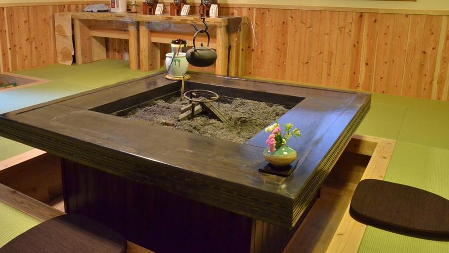 【山荘「憩」/囲炉裏】湯上りの休憩やお話をしたり、ご自由にお寛ぎいただけます。