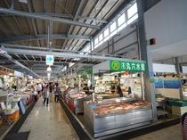 泊漁港内「泊いゆまち」(車で12分)新鮮な魚介類を複数の鮮魚店が販売しています。食事も可能。
