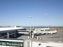 那覇空港はモノレールで11分、タクシーで約10分
