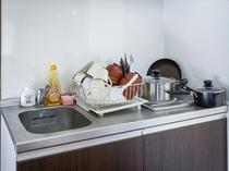 【デラックス4thルーム】キッチン 食器は下部に収納されています