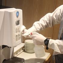 定期的にコーヒーマシーン等も消毒も行っております。