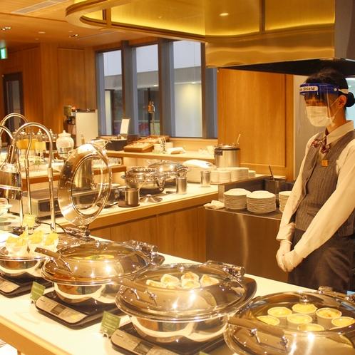 お料理に蓋をし、小分けにてご準備し、スタッフはフェイスシールドをつけてご対応致します。