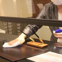 お手続きの後はカウンターをスタッフにて消毒作業をしております