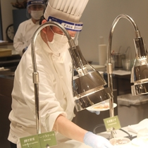 調理スタッフも含め、フェイスシールド、手袋を着用しております。