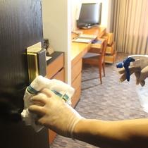 客室のドアノブもご出発後、消毒作業をしております。