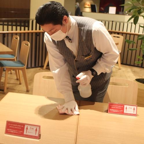 お食事後はテーブル、イスを消毒しております。
