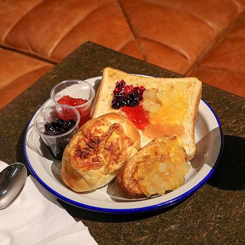毎朝地下ラウンジでお楽しみいただけるカラフルでクリエイティブなセルフサービス朝食