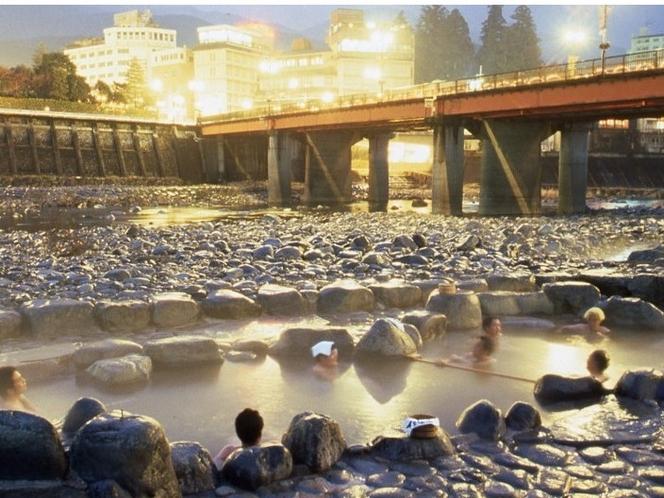 下呂名物 無料露天風呂(要水着)♪ 休日の昼間は足湯で賑わっています。