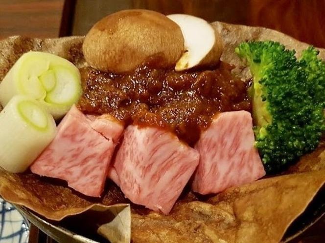 飛騨名物 飛騨牛の朴葉味噌焼き♪ 温泉街の多くの料理屋さんでお楽しみ頂けます。