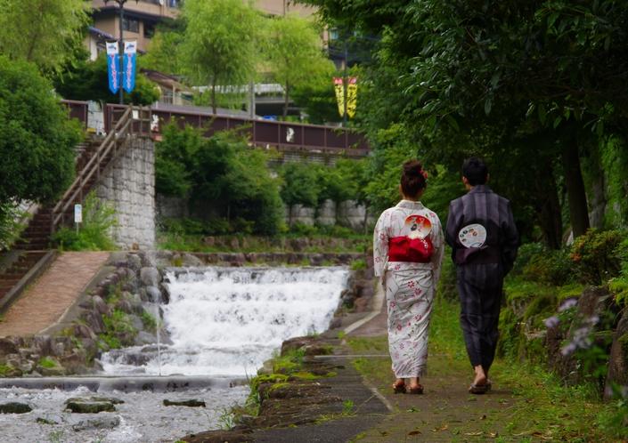 宿の目の前に小川♪  新緑や紅葉が綺麗でのんびりできます。