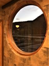 本館特別室内 浴室スペースの丸窓