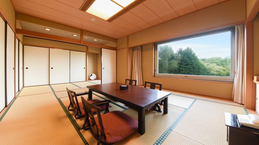 **【部屋(和室)】お部屋の窓からは、美しいホテル庭園と四季を感じる広大な森を一望
