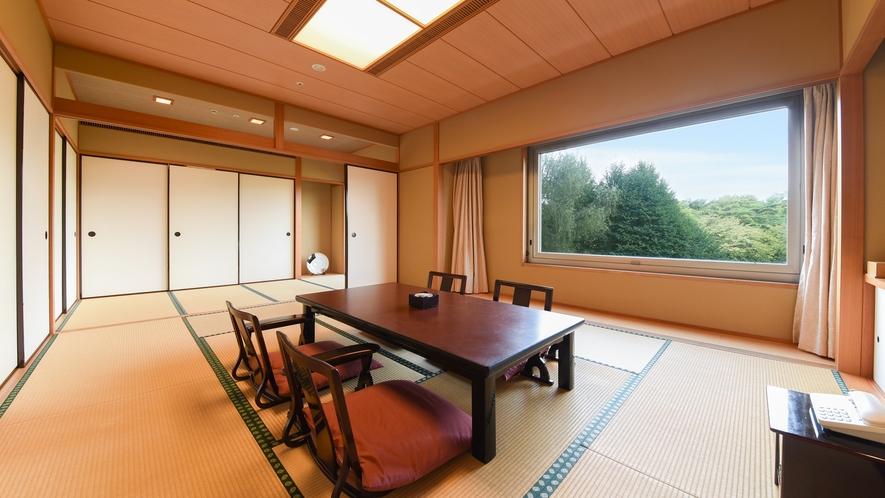 **【部屋(ジャパンスイート)】お部屋の窓からは、美しいホテル庭園と四季を感じる広大な森を一望