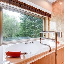 *【部屋(ケアリングスイート)】森林を眺めながら入浴できる、ジェットバス付きのバスルーム