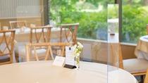 **【コロナ対策:中国料理 花林(一例)】庭園を眺められるよう、透明なアクリル板を設置しております