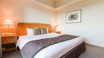 **【部屋(スタンダードダブル)】180cm幅の広々としたダブルベッドは、2名様まで宿泊可能