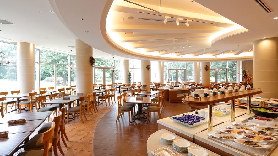 **【朝食(バイキング・一例)】広々とした店内に50種類以上の料理が並びます
