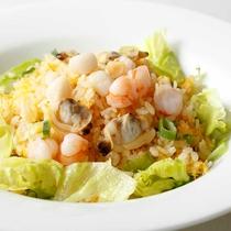 *【夕食・中国料理(一例)】海鮮たっぷりのパラパラチャーハンは、人気メニューです