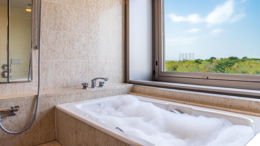 **【ARGANシャワージェル(一例)】庭園が望めるビューバスで泡風呂としてお楽しみください。