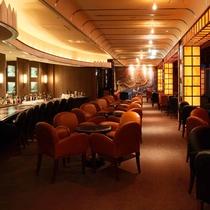 *【ラウンジ・ダコタ】夜は控えめな照明とクラシックなムードが漂う、安らぎの空間です