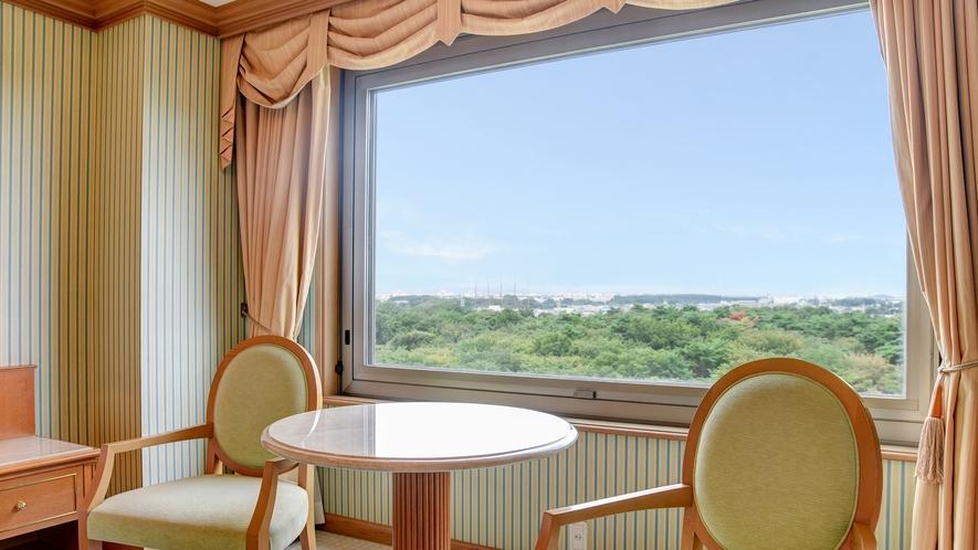 **【部屋(ダブルスイート)】当館8階から眼下に広がる、昭和の森の絶景をご覧いただけます