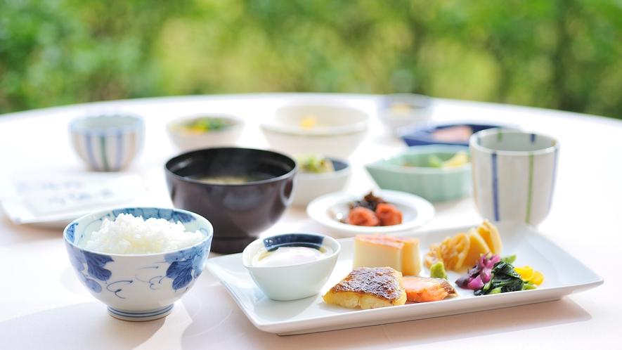**【朝食・バイキング(一例)】メニューは50種類。もちろん和食料理もご用意しています。