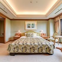 *【部屋(ダブルスイート)】180cm幅の広々としたダブルベッドは、2名様までお休みいただけます