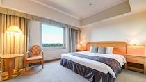 **【部屋(スタンダードダブル)】美しいホテル庭園と、四季を感じる広大な森を眺めることができます