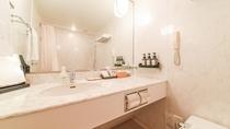 **【部屋(スタンダードツイン)】洗面台には、旅行に嬉しいアメニティの数々が置かれています。