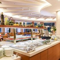 *【夕食(バイキング・一例)】広々とした店内に、50種類以上の料理が並びます