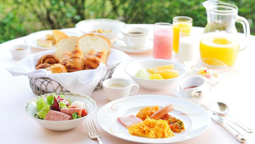 **【朝食(バイキング・一例)】美味しいお料理の数々を緑の中でお召し上がりください
