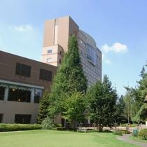 *【外観】当館は、柔らかな緑の中に佇むリゾートホテルです