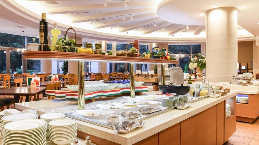 **【夕食(バイキング・一例)】広々とした店内に、50種類以上の料理が並びます