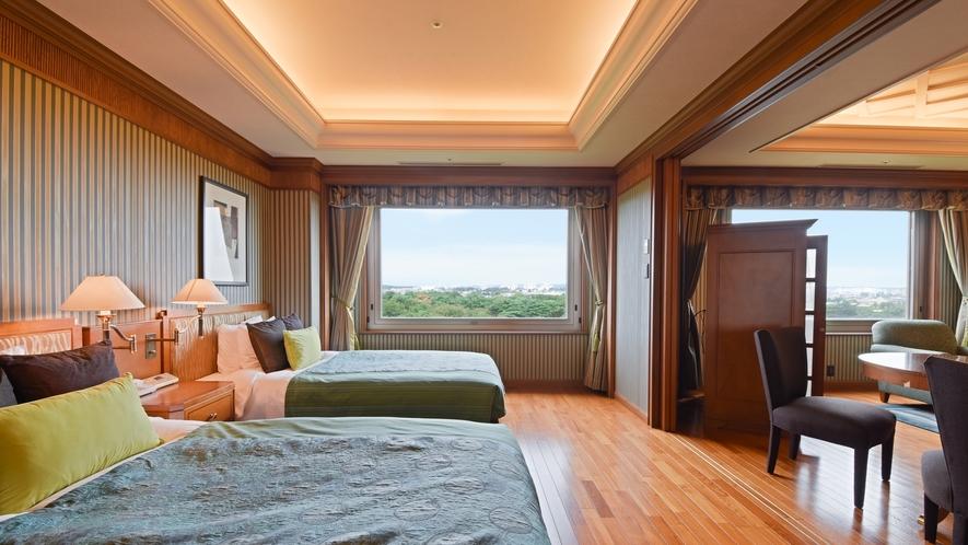**【部屋(フローリングスイート)】ベッドから昭和の森を眺めることができます