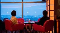 **【ラウンジ ダコタ(一例)】沈み行く夕暮れを眺めて、ゆったりとした時間をお過ごしください
