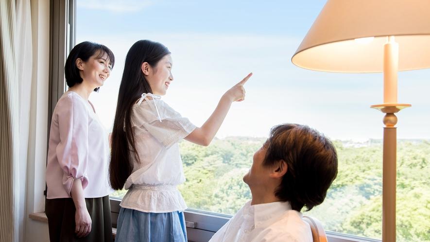 **【客室(一例)】昭和の森を眺める客室で、午後のひとときを