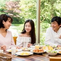 *【レストランセントロ(一例)】庭園を眺めるレストランで楽しい朝食を