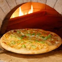 *【夕食(バイキング・一例)】オープンキッチンにて、出来立て釜焼きのピザをご提供