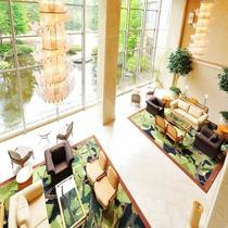 *【館内・ロビー】吹き抜けのロビーは、開放感たっぷり。天井からのシャンデリアが印象的です