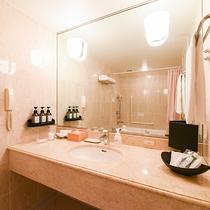 *【部屋(ダブルスイート)】洗面台には、旅行に嬉しいアメニティの数々が置かれています。